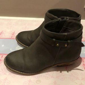 Harper Canyon girl's dark gray boots.